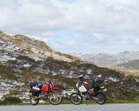 Två motoriska cirkuleringar i de snöig bergen Fotografering för Bildbyråer