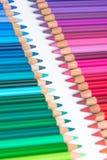 Två motsatta rader med färgrika färgpennor Royaltyfri Foto