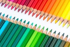 Två motsatta rader med färgrika färgpennor Arkivbilder