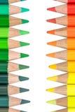 Två motsatta rader med färgrika färgpennor Arkivfoton