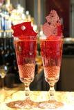 Två mousserande röda coctailar i champagneflöjter på en stång Royaltyfri Foto