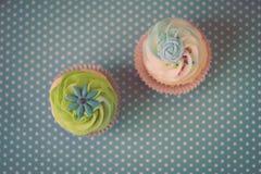 Två muffin på ljus - blå bakgrund vektor illustrationer