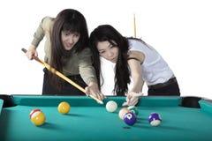 Två multietniska flickor som spelar biljard Royaltyfri Foto