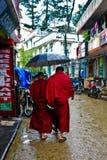 Två munkar med paraplyet i Dharamsala, Indien Royaltyfri Fotografi