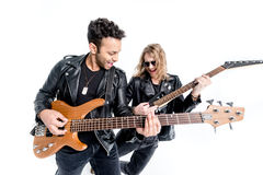 Två musiker som spelar elektriska gitarrer som isoleras på vit royaltyfria foton