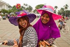 Två muslimska kvinnor skrattar och ler i den holländska fyrkanten av Jakarta, Arkivfoton