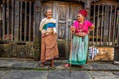Två mycket gamla kvinnor diskuterar i Bandipur, Nepal royaltyfri bild
