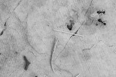 Två myror som släpar en tagg över en vagga Arkivbilder