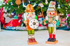Två nötknäppare på grunden av julgranen arkivbild