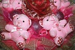Två nallebjörnar i den original- sammansättningen av rosa färger färgar. Royaltyfri Bild