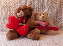 Två nallebjörnar med tre hjärtor Royaltyfria Bilder