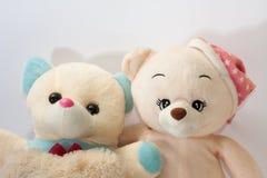 Två nallebjörnar som kramar som vänner Arkivbilder