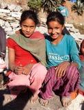Två nepalese barn, unga flickor, i västra Nepal Royaltyfri Fotografi