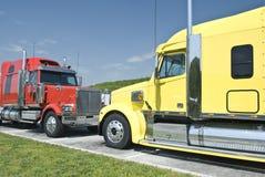 Två nya halva lastbilar Arkivfoto