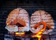 Två nya laxbiffar som lagas mat på BBQ arkivbilder