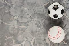Två nya mjuka rubber fotboll- och baseballbollar fotografering för bildbyråer