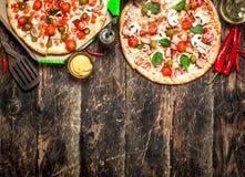 Två nya pizza med sås Arkivbilder