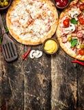 Två nya pizza med sås Royaltyfria Foton