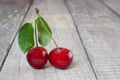 Två nya röda körsbär arkivfoton