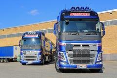 Två nya Volvo FH behållarelastbilar vid ett lager Arkivfoton