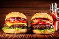 Två nytt gjorda hamburgare med röd sås arkivfoto