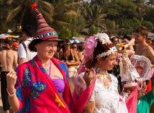 Två oidentifierade kvinnor i karnevaldräkter på den årliga festivalen av missfoster, Arambol strand, Goa, Indien, Februari 5, 2013 Royaltyfri Foto