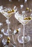 Två olivgröna martini coctailar Fotografering för Bildbyråer