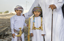 Två omani pojkar som är utklädda för Eid berömmar i traditionell ou Fotografering för Bildbyråer
