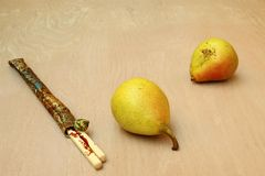 Två päron och pinnar som förläggas i en påse Royaltyfri Fotografi