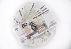 Två packar av 100 stycksedlar 100 hundra femtio rubel och 50 rubelsedlar av banken av Ryssland Arkivfoton