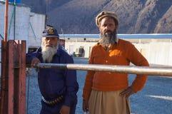 Två pakistanska män på arbetsplatsen i Besham, Pakistan Arkivbilder