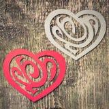Två pappers- hjärta dekorativa Shape på trä Arkivfoton