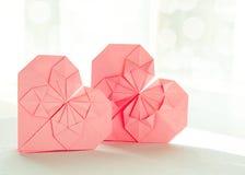 Två pappers- hjärtor för origami Arkivfoton