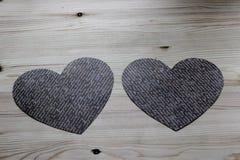 Två pappers- hjärtor på en trätabell Fotografering för Bildbyråer
