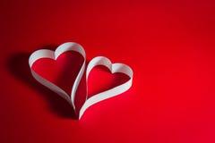 Två pappers- hjärtor, Valentine& x27; s Arkivfoton