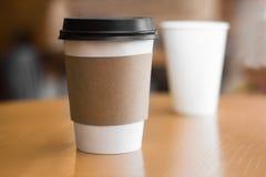 Två pappers- kaffekoppar Arkivfoton