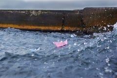 Två pappers- skepp seglar på vågor till det öppna havet Arkivfoton
