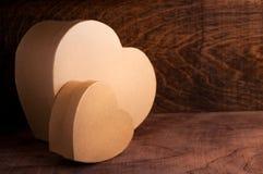 Två papphjärtor på träbakgrund Fotografering för Bildbyråer
