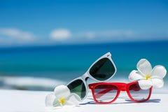 Två par av solglasögon på bakgrund av havet Arkivbilder