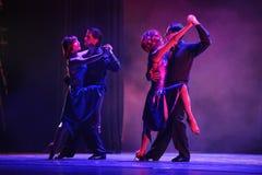 Två par av vän-identiteten av gåta-tango dansar drama Royaltyfria Foton