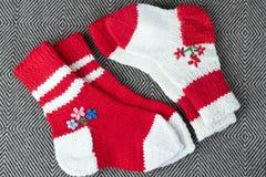 Två par av vit ull som är röd och   stack sockor Royaltyfri Bild