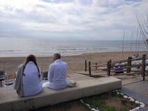 Två par har att vila, når de har simmat i stranden arkivbild
