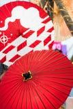 Två paraplyer för japanbambopapper, röd färg Royaltyfri Fotografi
