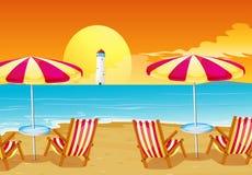 Två paraplyer och fyra stolar på stranden Arkivfoto