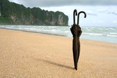 Två paraplyer på stranden av Ao Nang Arkivfoto