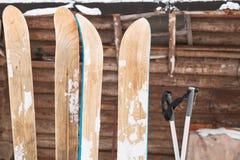 Två parar av sned boll skidar Arkivfoton