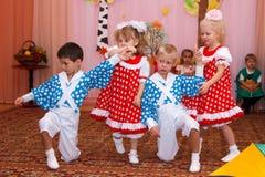 Två parbarn som dansar i barnens ferie Arkivbilder