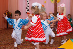 Två parbarn som dansar i barnens ferie Royaltyfri Fotografi