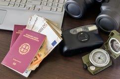 Två pass, en kamera, en dator och pengar Begrepp - prepara royaltyfri fotografi