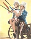 Två patriotiska personer med romerska stearinljus som firar Juli 4th Royaltyfri Bild
